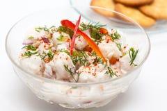 Białej ryba Peruwiański ceviche słuzyć w przejrzystym pucharze z krakers Fotografia Stock