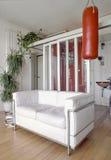 Białej skóry kanapa w nowożytnym żywym pokoju Obraz Stock