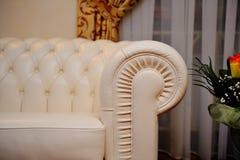 Białej skóry kanapa w wnętrzu Zdjęcia Stock