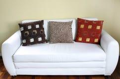 Białej skóry nowożytna stylowa kanapa Zdjęcie Royalty Free
