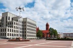 Białoruś Czerwony kościół blisko Rządowego domu w Minsk Maj 21, 2017 Zdjęcie Royalty Free