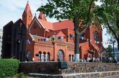 Białoruś Czerwony kościół blisko Rządowego domu w Minsk Maj 21, 2017 Obrazy Stock