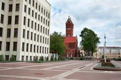 Białoruś Czerwony kościół blisko Rządowego domu w Minsk Maj 21, 2017 Obraz Royalty Free