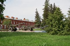 Białoruś Działa na terytorium Brest forteca Maj 23, 2017 Zdjęcie Stock