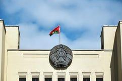 Białoruś Flaga i żakiet ręki Białoruś na budynku rzędu dom w Minsk Maj 21, 2017 Zdjęcie Royalty Free