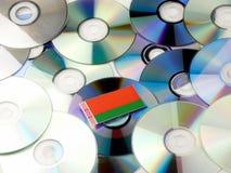 Białoruś flaga na górze cd i DVD stosu odizolowywającego na bielu Zdjęcie Stock