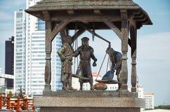 Białoruś minister Pomnikowy miasto waży Trzy mieszczucha który ważą towary Maj 21, 2017 fotografia stock