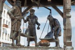 Białoruś minister Pomnikowy miasto waży Trzy mieszczucha który ważą towary Maj 21, 2017 zdjęcia royalty free