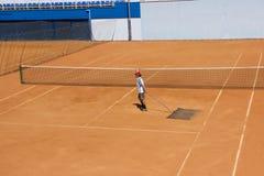 Białoruś, Minsk 26 05 18 Cleaning tenisowy sąd Dworska usługa Cleaning ziemia dla tenisa Zdjęcie Stock