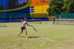 Białoruś, Minsk 08 06 2018 dziewczyn bawić się tenisa outdoors Amatorska tenisowa gra Obrazy Stock