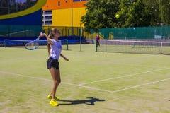 Białoruś, Minsk 08 06 2018 dziewczyn bawić się tenisa outdoors Amatorska tenisowa gra Obrazy Royalty Free