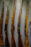 BIAŁORUŚ MINSK, MAJ, - 01, 2018: Asortowany pistoletu ujawnienie bronie i wyposażenie używać podczas wojny w kruszcowej ścianie Zdjęcia Royalty Free