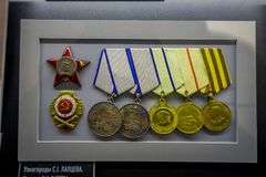 BIAŁORUŚ MINSK, MAJ, - 01, 2018: Salowy widok asortowani medale wśrodku belarusian stanu muzeum Wielki Patriotyczny Fotografia Stock