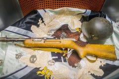 BIAŁORUŚ MINSK, MAJ, - 01, 2018: Zakończenie up zamazany wizerunek hełm, pistolet nad odziewającym używać podczas wojny i i teraz Zdjęcie Stock