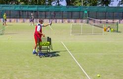 Białoruś, Minsk 08 06 2018 trener słuzyć tenisową piłkę tenisowy trener zdjęcia stock