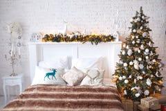 Biały łóżko w białym pokoju Obrazy Royalty Free