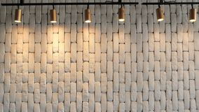 Biały ściana z cegieł hilighted z lampionami od above tło szczegółów tekstury okno stary drewniane zbiory