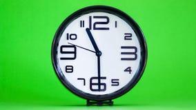 Biały ściennego zegaru zieleni tło zdjęcia royalty free