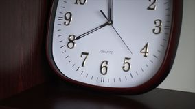 Biały ścienny zegar Owalny ścienny zegar pokazuje 11:40 Czas Zdjęcia Stock