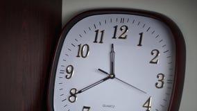 Biały ścienny zegar Owalny ścienny zegar pokazuje 11:40 Czas Obraz Royalty Free