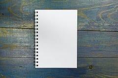 Ślimakowaty notatnik na starym drewnianym biurku Fotografia Royalty Free