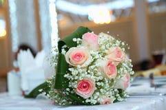 Biały ślub i zaręczynowy kwiatu bukiet Piękny ślubny bukiet z różnymi kwiatami, róże niebieska szczegółów kwiat podwiązka gotham  Obrazy Royalty Free