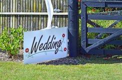 Biały ślub podpisuje wewnątrz ogrodowego położenia miejsca wydarzenia tło obrazy royalty free