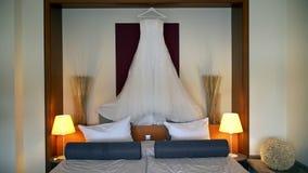 Biały ślubnej sukni obwieszenie nad łóżko zbiory wideo