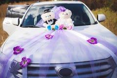 Biały ślubny samochód dekorujący kwiat i niedźwiedzie Zdjęcie Royalty Free
