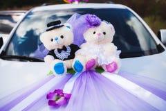 Biały ślubny samochód dekorujący kwiat i niedźwiedzie Obrazy Stock