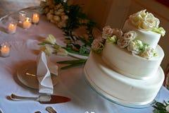 Biały ślubny tort z brzoskwinia koloru różami Zdjęcia Royalty Free