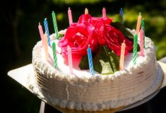 Biały śmietankowy wyśmienicie tort z świeczkami Obraz Royalty Free