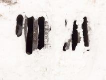 Biały śnieg na metal kratownicy bruku outside drodze obraz royalty free