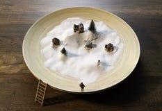 Biały śnieg w drewnianym pucharze z domem, sosną, Santa i Śnieżnym mężczyzna, Obraz Stock