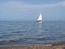 Biały żagiel w morzu Fotografia Stock
