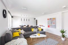 Biały żywy pokój z kanapą obraz royalty free