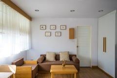 Biały żywy pokój z kanapą fotografia stock