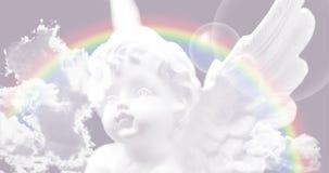 Biały anioł na niebie z tęczą zdjęcia stock