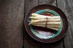 Biały asparagus Wiązka warzywa na ceramicznym talerzu zdjęcie stock