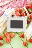 Biały aspargus i świeże truskawki Zdjęcie Royalty Free