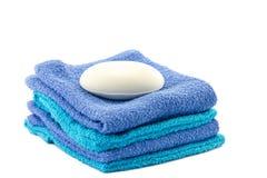 Biały bar mydło na górze ręczników obrazy royalty free
