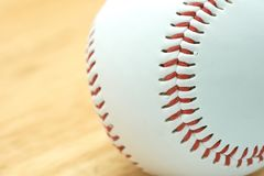Biały baseball z czerwoną nicią Robi baseball oprawom Baseball jest krajowym sportem Japonia Ja jest popularny Zdjęcia Stock