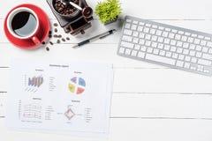 Biały biurowego biurka stół z analiza wykresem lub mapą obrazy stock