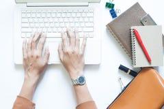 Biały biurowego biurka stół z bizneswomanem używa laptop Fotografia Royalty Free