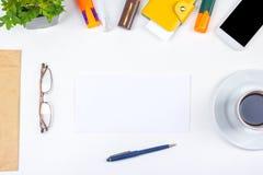 Biały Biurowego biurka stół z komputerem, pióro i filiżanka kawy, udział rzeczy Odgórny widok z kopii przestrzenią Obraz Stock