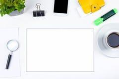 Biały Biurowego biurka stół z komputerem, pióro i filiżanka kawy, udział rzeczy Odgórny widok z kopii przestrzenią Zdjęcie Royalty Free