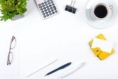 Biały Biurowego biurka stół z komputerem, pióro i filiżanka kawy, udział rzeczy Odgórny widok z kopii przestrzenią Obrazy Stock
