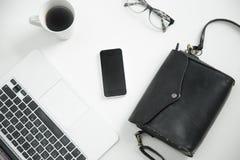 Biały biurowy biurko z klawiaturą, szkła, kawa, telefon komórkowy, Obraz Royalty Free