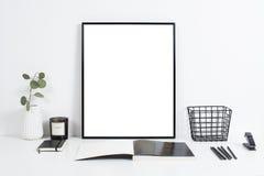 Biały biurowy wnętrze, elegancka praca stołu przestrzeń z plakatowym artw obrazy royalty free