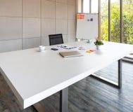 Biały biznesowy biurko w biurze na piętrze obrazy stock